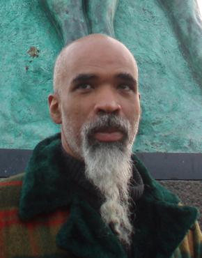Yvan Alagbé wurde in Paris geboren und ist dort sowie in Benin aufgewachsen. 1990 traf er während des Mathematik- und Physikstudiums auf Olivier Marboeuf und gemeinsam wagten sie sich in die alternative Comicscene vor. 1991 gründeten sie die Dissidence Art Work Association und ab 1992 brachten sie L'Oeil Carnivore, ein Fanzine über Comics, Literatur, Musik, Kino und Malerei heraus. Ihr erstes Großprojekt, Ville Prostituée, gezeichnet von Alagbé und geschrieben von Marboeuf, wurde 1993 von Vents d'Ouest herausgegeben. Später gründten die beiden ihren eigenen Verlag, Amok, und gaben das alternative Comic Magazin Le Cheval sans Tête heraus.  Born in Paris, raised in Benin and Paris, Yvan Alagbé met Olivier Marboeuf in 1990. Marboeuf studied biology and mathematics and Alagbé studied mathematics and physics. They ventured into the alternative comics scene, and created the Dissidence Art Work association in 1991. From 1992, they made L'Oeil Carnivore, a fanzine about comics, litterature, music, cinema and painting. Their first big project, Ville Prostituée, drawn by Alagbé and written by Marboeuf, was published by Vents d'Ouest in 1993. Afterwards, they founded their own publishing house, Amok, and began the alternative comics review Le Cheval sans Tête.  Teilnehmer der Europäischen Literaturtage 2015. Participant of the European Literature Days 2015.