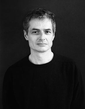 Pierre Alféri ist ein französischer Autor, Dichter und Essayist. Er zählt zu den innovativsten Stimmen aus Frankreich. Außerdem ist er für seine Experimentalfilme, Theaterstudien, Visuelle Poesie, Tonstücke, Bilderbücher und Poster bekannt (siehe alferi.fr). Seine künstlerische Vielseitigkeit war in zahlreichen Ausstellungen, Film Shows und Performances im In- und Ausland zu sehen. Seit 2007 unterrichtet Pierre Alféri auch Literatur an der École des Beaux-Arts in Paris.  Pierre Alféri is a French writer, poet and essayist. He is amongst the most innovative voices in France. Alféri is also well known for his experimental films and theatre studies, visual poetry and tone pieces as well as for his picture books and posters (see alferi.fr). The artist's versatility is revealed in numerous exhibitions, film shows and performances of his works both at home and abroad. Since 2007, Pierre Alféri has taught literature at the École des Beaux-Arts in Paris.