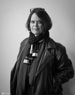 Zsófia Bán, geb. 1957, ist eine ungarische Schriftstellerin, Essayistin und Literatur- und Kunstkritikerin. Sie wuchs als Kind jüdischer Eltern in Brasilien auf, 1969 kehrte die Familie nach Ungarn zurück. Sie studierte Anglistik und Romanistik in Budapest, Lissabon, Minneapolis und New Brunswick. Sie arbeitete in Filmstudios, war Ausstellungskuratorin und lehrt heute Amerikanistik in Budapest. Ihr Werk wurde vielfach ausgezeichnet.  Zsófia Bán, b. 1957, is a Hungarian writer, essayist and literary and art critic. Raised as the child of Jewish parents in Brazil, in 1969 the family returned to Hungary. She studied English and Romance Studies in Budapest, Lisbon, Minneapolis and New Brunswick. She has  worked in film studios, as an exhibition curator and now teaches American Studies in Budapest. A recipient of numerous awards.
