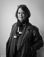 Zsófia Bán, geb. 1957, ist eine ungarische Schriftstellerin, Essayistin und Literatur- und Kunstkritikerin. Sie wuchs als Kind jüdischer Eltern in Brasilien auf, 1969 kehrte die Familie nach Ungarn zurück. Sie studierte Anglistik und Romanistik in Budapest, Lissabon, Minneapolis und New Brunswick. Sie arbeitete in Filmstudios, war Ausstellungskuratorin und lehrt heute Amerikanistik in Budapest. Ihr Werk wurde vielfach ausgezeichnet.Zsófia Bán, b. 1957, is a Hungarian writer, essayist and literary and art critic. Raised as the child of Jewish parents in Brazil, in 1969 the family returned to Hungary. She studied English and Romance Studies in Budapest, Lisbon, Minneapolis and New Brunswick. She has  worked in film studios, as an exhibition curator and now teaches American Studies in Budapest. A recipient of numerous awards.