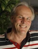Hans Christoph Buch, geb. 1944, ist ein deutscher Schriftsteller und Journalist. Er gilt als einer der bedeutendsten deutschen ReiseschriftstellerInnen und Intellektuellen in Bezug auf Literatur und Postkolonialismus. Er unterrichtete deutsche Literatur in New York, Texas, Kalifornien, Havanna, Buenos Aires, Peking und Schanghai, publizierte Reportagen aus Kriegs- und Krisengebieten sowie eine Romantrilogie über Haiti. Sein autobiographischer Roman Sechs Arten das Eis zu brechen erschien im Juli 2016.  Hans Christoph Buch, b. 1944, is a German writer and journalist. He is regarded as one of the leading German travel writers and intellectuals with regard to post-colonialism and literature. He taught German literature in New York, Texas, California, Havana, Buenos Aires, Beijing and Shanghai, published reportages from war and conflict regions as well as a novel trilogy about Haiti. His autobiographical novel Sechs Arten das Eis zu brechen was published in July 2016.