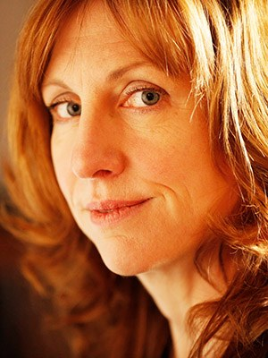 """Polly Clark, geb. 1978 in Toronto, ist eine britisch kanadische Schriftstellerin, die auf einem Hausboot in London schreibt. Sie arbeitete als Zoowärterin und bereiste für ihren Roman Tiger die russische Taiga. Auf Deutsch erschienen: Tiger, 2020. """"So poetisch wie einfühlsam entführt Polly Clark den Leser mitten in die sibirische Wildnis. Sie befasst sich mit den Themen Trauer, Mutterschaft und Empowerment und fragt nach dem Preis, den wir bereit sind, für die Freiheit und die Liebe zu zahlen."""" The Guardian"""