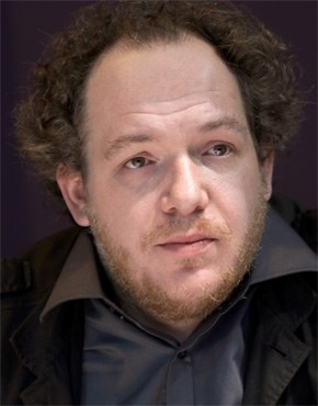 Mathias Énard, geb. 1972, ist ein französischer Schriftsteller und Übersetzer. Er studierte Kunstgeschichte und orientalische Sprachen und lebt, nach längeren Aufenthalten im Nahen Osten, heute in Barcelona, wo er Arabisch lehrt. Für Zone erhielt er in Frankreich 2008 den Prix Décembre und 2009 den Prix du Livre Inter, sowie in Deutschland den deutsch-französischen Candide Preis 2008. 2015 wurde er mit für den Roman Boussole mit dem Prix Goncourt ausgezeichnet. Der Roman thematisiert die gegenseitige kulturelle Befruchtung von Orient und Okzident.  Mathias Énard, b. 1972, is a French writer and translator. He studied art history and oriental languages, and after longer periods living in the Middle East, he is now based in Barcelona where he teaches Arabic. In 2008 he was awarded the Prix Décembre in France for his work Zone and the Inter Book Prize in 2009; in Germany, he received the German-French Prix Candide 2008. In 2015 he won the Prix Goncourt for his novel Boussole which focuses on reciprocal cultural enrichment of West and East.