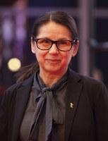 Ildikó Enyedi, geb. 1955, ist eine ungarische Regisseurin und Drehbuchautorin. Für ihren Film Körper und Seele erhielt Enyedi 2017 den Goldenen Bären der 67. Filmfestspiele Berlin. 2017 wurde sie in die Academy of Motion Picture Arts and Sciences aufgenommen, die jährlich die Oscars vergibt.  »›Körper und Seele‹ von Ildikó Enyedi ist der Liebesfilm des Jahres.« DIE ZEIT