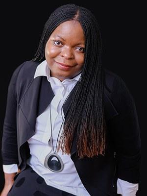 Petina Gappah, geb. 1971, ist eine simbabwische Juristin und Autorin, die in englischer Sprache schreibt. Sie studierte Rechtswissenschaften an der University of Zimbabwe, der University of Cambridge und promovierte an der Universität Graz. Sie arbeitet als Juristin und Journalistin in Genf. Gappah veröffentlichte 2009 mit An Elegy for Easterly einen Band mit Kurzgeschichten, der für den Frank O'Connor International Short Story Award nominiert wurde und den Guardian First Book Award erhielt.  Petina Gappah, b. 1971, is a Zimbabwean lawyer and author who writes in English. She studied law at the University of Zimbabwe, University of Cambridge and achieved her doctorate at Graz University. She works as a lawyer and journalist in Geneva. In 2009 Gappah published An Elegy for Easterly, a volume of short stories that was nominated for the Frank O'Connor International Short Story Award and received the Guardian First Book Award.