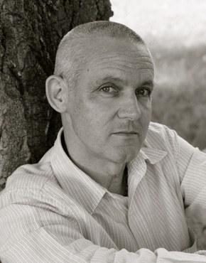 """Jiří Hájíček, geb. 1967, ist ein tschechischer Schriftsteller, der in Budejovice lebt. Mit seinen Romanen, die alle in der südböhmischen Landschaft angesiedelt sind, hat er bereits zweimal den Magnesia Litera erhalten, Tschechiens höchsten Literaturpreis: für seinen Roman """"Bäuerisches Barock"""" (Selské baroko) ebenso wie für seinen Roman """"Das Fischblut"""" (Rybí krev). Die Leser der Tageszeitung Lidove noviny wählten den Roman """"Der Regenstab"""" zum Buch des Jahres 2016. Der Roman wurde 2017 mit dem Tschechischen Buchpreis ausgezeichnet."""