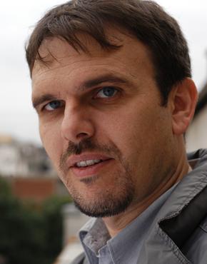 Saša Ilić, 1972 geboren, ist ein serbischer Schriftsteller. Er lebt in Belgrad und ist Chefredaktionsmitglied von BETON (Beilage der Tageszeitung Danas).  Saša Ilić, born 1972, is a Serbian writer. He lives in Beograd and is member of the editorial board of BETON (literary supplement of the daily newspaper Danas).