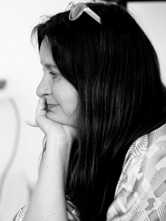 """Helena Janeczek, geb. 1964, ist eine deutsch italienische Schriftstellerin, jüdisch polnischer Herkunft. Ihr dritter Roman La ragazza con la Leica erhielt 2018 den wichtigsten italienischen Literaturpreis, den Premio Strega. Zuletzt auf Deutsch erschienen: Das Mädchen mit der Leica, 2019. """"Der deutsch-italienischen Autorin Helena Janeczek gelingt mit ihrem neuen Roman """"La ragazza con la Leica"""" (""""Das Mädchen mit der Leica"""") der Sprung auf Platz 1 der italienischen Bestsellerliste. Das Buch wurde kürzlich mit dem Premio Strega ausgezeichnet. Janeczek erhielt die begehrte Trophäe als erste Frau innerhalb von 15 Jahren."""" Buchreport     Helena Janeczek, b. 1964, is German-Italian writer from a Jewish and Polish family. In 2018, her third novel La ragazza con la Leica (""""The Girl with the Leica"""") was awarded the most prestigious Italian literary prize, the Premio Strega. Her most recent book in German: Das Mädchen mit der Leica, 2019. """"The German-Italian writer Janeczek and her latest novel 'La ragazza con la Leica' ('The Girl with the Leica') jumped to the top of the Italian bestseller list. The book was recently awarded the Strega Prize. Janeczek was the first woman in 15 years to receive the coveted trophy."""" Buchreport"""