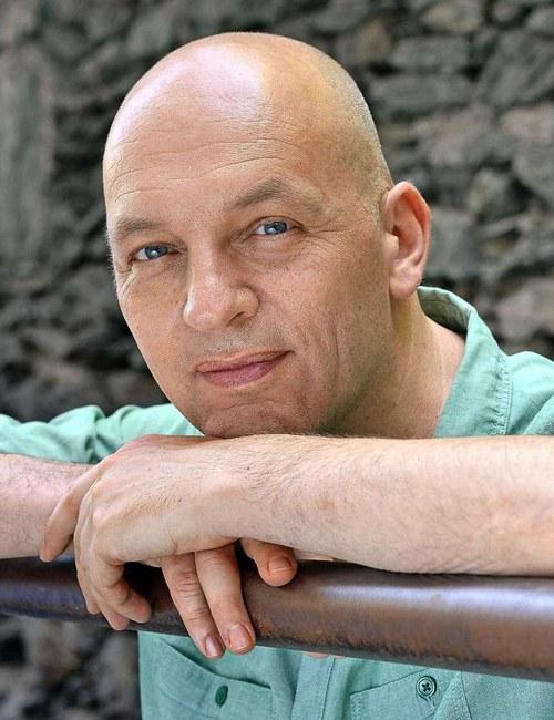 Tim Krohn, geb. 1965, ist ein in der Schweiz lebender deutscher Schriftsteller. Er schreibt Prosa, Dramen und Hörspiele. 2015 startete Tim Krohn das Crowdfunding-Projekt Menschliche Regungen.  »Tim Krohn ist ein Autor, den man kennt als heiteren und auch witzigen Unterhalter, als Erzähler leuchtender, schwebender Geschichten von Liebe und der ihr bisweilen innewohnenden Leichtfertigkeit.« GABRIELE VON ARNIM / TAGES-ANZEIGER, ZÜRICH