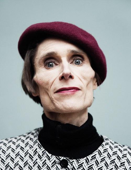 Madame Nielsen, geb. 1963, ist eine dänische Autorin, Sängerin und experimentelle Künstlerin. Ihre Romane wurden mit zahlreichen Preisen ausgezeichnet.  »Manchmal ist es so, dass man ein Buch am Schluss zuklappt und sich dann wünscht, die Autorin wäre eine gute Freundin und man könne sie anrufen, wann immer man sich traurig fühlt. Das passiert einem ja nicht allzu oft. Bei Karen Blixen und Marguerite Duras und Virginia Woolf ist es so. Und bei Madame Nielsen.« CHRISTIAN KRACHT