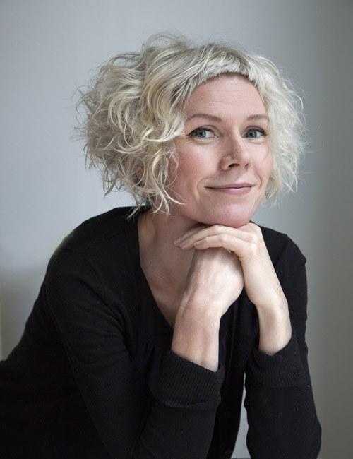 """geb. 1969, ist eine norwegische Autorin und gilt als Meisterin des Minimalismus. Sie hat eine große Leserschaft und wurde mit vielen Literaturpreisen ausgezeichnet. Ihr Roman Liebe wurde bislang in elf Sprachen übersetzt. """"Hanne Ørstavik besitzt eine fast schon unheimliche Begabung dafür, Worte für Gedanken- und Gefühlsfetzen zu finden - sie ist die interessanteste Autorin Norwegens.""""  Dagens Næringsli"""