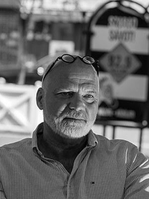 """Gergely Péterfy, geb. 1966, ist ein ungarischer Schriftsteller. Sein Roman über Angelo Soliman war einer größten Erfolge auf dem ungarischen Buchmarkt der letzten Jahre. Zuletzt auf Deutsch erschienen: Der ausgestopfte Barbar, 2016. """"Ein anstrengender, schmerzhafter, aber atemberaubender Roman."""" Helmuth Schönauer über Der ausgestopfte Barbar"""