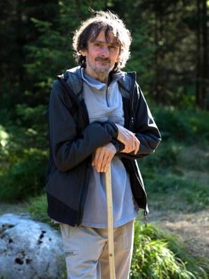 """Edo Popović, geboren 1957, ist ein kroatischer Schriftsteller. Er war Mitbegründer einer der einflussreichsten Underground-Literaturzeitschriften des ehemaligen Jugoslawiens. 1991 bis 1995 arbeitete er als Kriegsberichterstatter. Sein Roman Mitternachtsboogie avancierte zum Kultbuch seiner Generation. Zuletzt auf Deutsch erschienen: Anleitung zum Gehen, 2015.""""Edo Popović setzt sich in seinem Buch 'Anleitung zum Gehen' mit der Welt, in der er lebt, auseinander. Sein Buch ist eine kritische Betrachtung über Zeit, Mensch und Natur.""""Ralph Gerstenberg, Deutschlandfunk"""