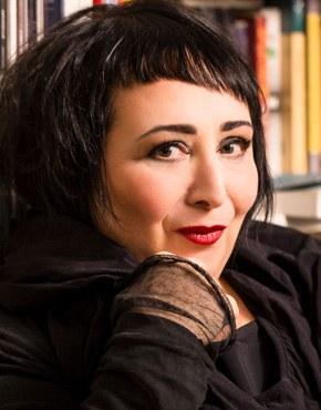 """Julya Rabinowich, 1970 geboren, ist eine österreichische österreichische Schriftstellerin, Dramatikerin, Malerin und Simultandolmetscherin, die in Wien lebt. Sie kam im Jahr 1977 aus der Sowjetunion nach Wien. Von 2006 bis 2011 Arbeit als Simultandolmetscherin im Rahmen von Psychotherapie- und Psychiatriesitzungen mit Flüchtlingen für Diakonie und Hemayat, Zentrum für Folter-und Kriegsüberlebende. Seit 2012 wöchentliche Kolumne in der Tageszeitung """"Der Standard"""". Zuletzt wurde ihr 2018 der Friedrich-Gerstäcker-Preis für Dazwischen: Ich zugesprochen."""