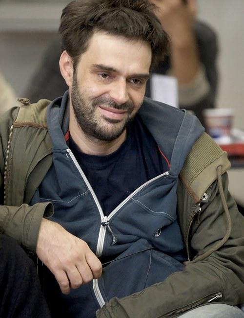 Răzvan Rădulescu, geb. 1969, ist ein rumänischer Drehbuchautor und Romanschriftsteller. Er unterrichtet Dramaturgie u.a. an der Kunstakademie Karlsruhe und der York University in Toronto. Sein Roman Theodosius der Kleine gewann 2011 den Europäischen Literaturpreis. »Răzvan Rădulescu repräsentiert das sogenannte nachrevolutionäre Kino Rumäniens und gehört zu dessen erfolgreichster Filmemacher-Generation..« SARAJEVO FILM FESTIVAL