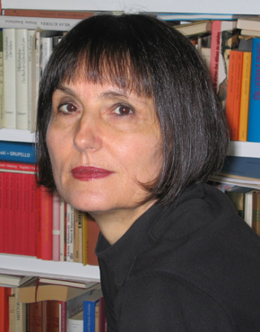"""Ilma Rakusa ist eine schweizer Schriftstellerin und Übersetzerin. Sie wurde in der Slowakei, in Rimavská Sobota, geboren. Ihre Mutter war Ungarin, ihr Vater Slowene, daher verbrachte sie ihre Kindheit in Budapest, Ljubljana und Triest. Von 1965-1971 studierte Rakusa Slawistik und Romanistik in Zürich, Paris und St. Petersburg. 1971 erhielt sie ihren Doktortitel für die Dissertation über """"Das Thema Einsamkeit in der russischen Literatur"""". Seit 1977 ist sie Dozentin an der Universität Zürich und freie Schriftstellerin, Übersetzerin und Journalistin (für die NZZ). Sie lebt in Zürich.  Ilma Rakusa is a Swiss writer and translator. She was born in Rimavská Sobota, Slovakia, to a Hungarian mother and a Slovenian father, and spent her childhood in Budapest, Ljubljana and Trieste. From 1965–1971 she studied Slavic Languages and Literature, and Romance Languages and Literature in Zürich, Paris and St. Petersburg, and in 1971 she was awarded a doctorate for her dissertation on the 'Theme of Loneliness in Russian Literature'. Since 1977 she has been a lecturer at the University of Zürich, and also a freelance writer, translator and journalist (for the Neue Zürcher Zeitung, Die Zeit etc). She lives in Zürich.   Teilnehmerin der Europäischen Literaturtage 2015. Participant of the European Literature Days 2015."""