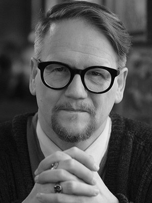 """Sjón, geboren 1963, ist ein isländischer Autor und Künstler. Er wurde durch seine Liedtexte für Björk, insbesondere für Lars von Triers Film Dancer in the Dark, bekannt. Er war Mitglied der Surrealisten-Punk-Dada-Performance-Lyrikgruppe Medusa an. Sjon lebte einige Jahre in England und den Niederlanden und kehrte dann nach Reykjavik zurück. Für seinen Roman """"Schattenfuchs"""" erhielt er den Literaturpreis des Nordischen Rates. Zuletzt auf Deutsch erschienen: CoDex 1962, 2020 """"Niemand verbindet Herz und Verstand poetischer als SJÓN."""" BJÖRK"""