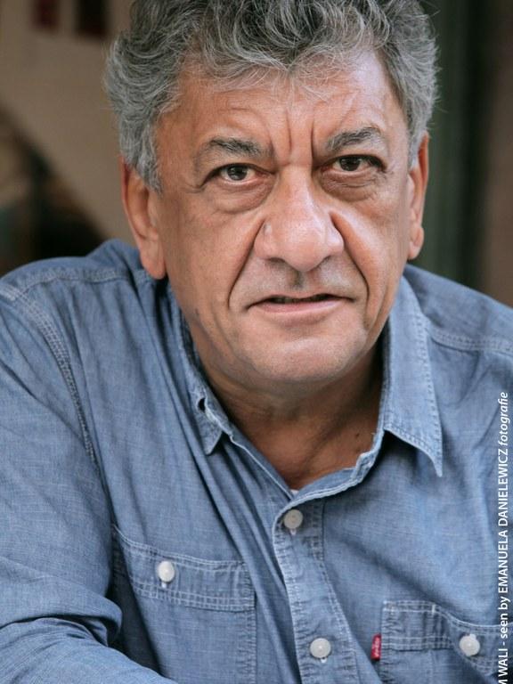 Najem Wali ist ein irakischer Romanautor und Journalist, er lebt in Deutschland.  Najem Wali is an Iraqi novelist and journalist, based in Germany.