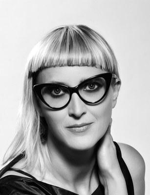 Jasmila Žbanić, geb. 1974, ist eine bosnische Regisseurin und Drehbuchautorin. Sie arbeitete als Puppenschauspielerin in den USA und gründete in Sarajevo eine Filmproduktionsfirma. Ihr Spielfilm Esmas Geheimnis – Grbavica wurde 2006 mit dem Goldenen Bären der Filmfestspiele in Berlin ausgezeichnet.  »Auf exemplarische Weise zeigt Žbanić Zbanic, dass von künstlerischen Interventionen entscheidende gesellschaftliche Impulse ausgehen können.« JURYBEGRÜNDUNG KAIROS PREIS 2014