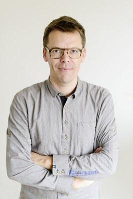 Markus Köhle, born 1975,  is an Austrian writer, literary activist and slamer. http://mkoehle.backlab.at/  Markus Köhle (*1975 Nassereith, Tirol) studierte Germanistik und Romanistik. Seit 2001 ist er literarisch, literaturkritisch, literaturwissenschaftlich und auch als Literaturveranstalter im In- und Ausland aktiv. Seit 2004 lebt und arbeitert er in Wien. Zahlreiche Bücher, zuletzt: Jammern auf hohem Niveau. Ein Barhocker-Oratorium. Sonderzahl (2017), Nebelrolle. Korrespondenzpoesie. Edition Yara (2018). www.autohr.at
