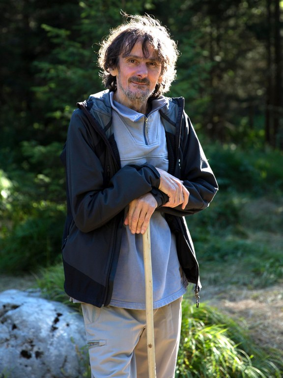 """Edo Popović, b. 1957, is a Croatian writer. He was co-founder of one of the most influential underground literary magazines in former Yugoslavia. He became a war reporter from 1991 to 1995. His novel Mitternachtsboogie became the cult book of a generation. Recently published in German: Anleitung zum Gehen, 2015. """"Edo Popović faces up to the world that he lives in in his book 'Anleitung zum Gehen'. It is a critical reflection about time, mankind and nature."""" Ralph Gerstenberg, Deutschlandfunk"""